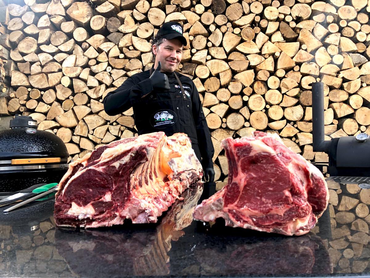 Metzger- und Grillmeister Harro präsentiert einen Rinderrücken vom bœuf de Hohelohe, rechts frisch, links dry aged.
